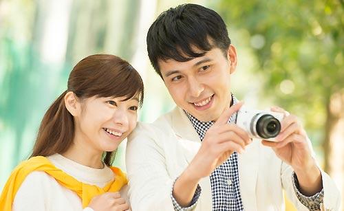カメラを触るカップル