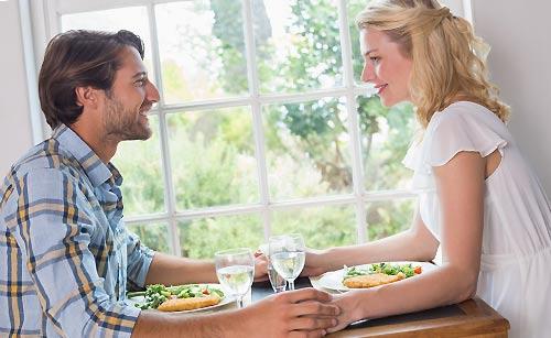 会食中のカップル