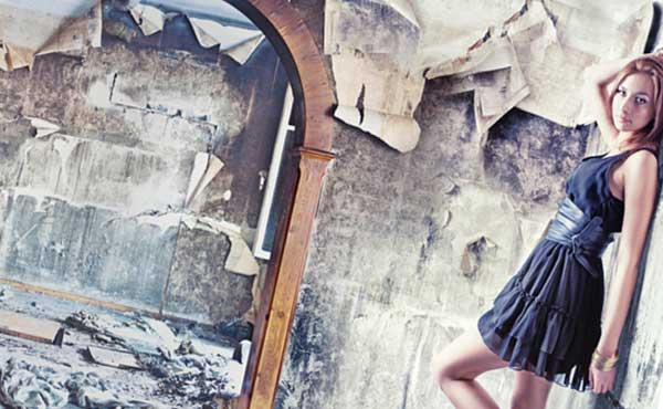 廃墟のような部屋に住む女性