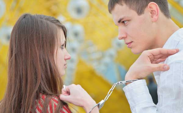 手錠で束縛するカップル