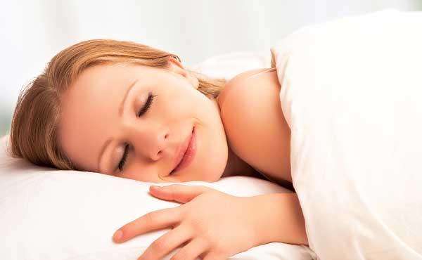 独りでゆっくり寝て休む女性