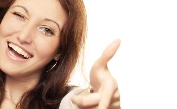 指を差して人を笑う女性