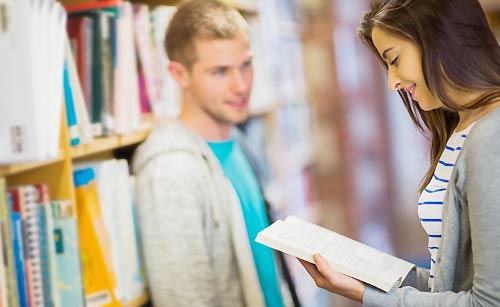 図書館で会話する男女