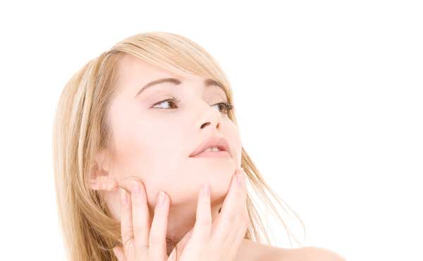 美しい肌へスキンケアする女性