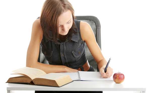 資格に向けて勉強する女性