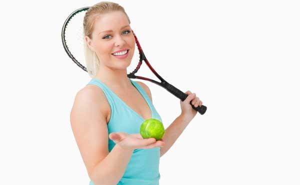 テニスのスポーツを趣味にする女性