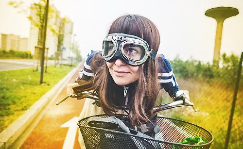 自転車で冒険する女性