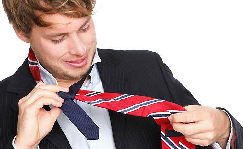 ネクタイを付けている社会人男性