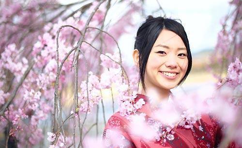 優しい笑顔の和服姿の女性