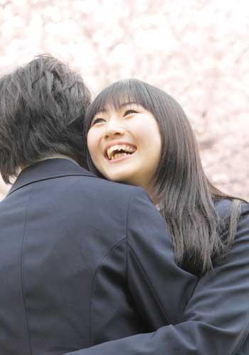 卒業式に抱きつくカップル