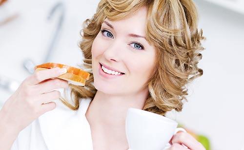 朝ご飯を食べる女性