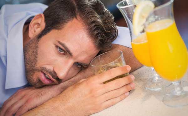 グチをこぼしながらお酒を飲む男性