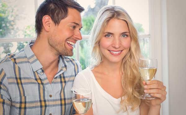 笑いながらお酒を飲むカップル