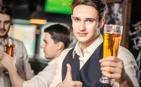 お酒を飲んでも顔色一つ変えない男性
