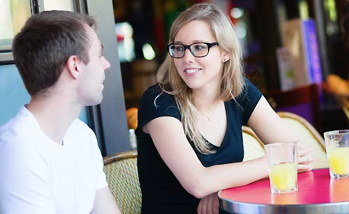喫茶店で会話するカップル