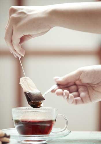 お茶を淹れる手