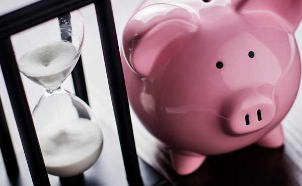 期限を知らせる砂時計と豚の貯金箱