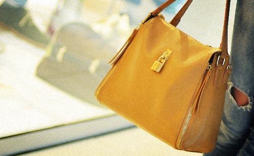 買い物中の女性のバッグ