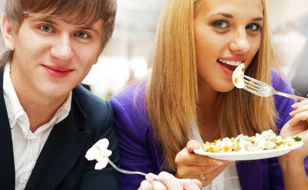 美味しいご飯を食べるカップル