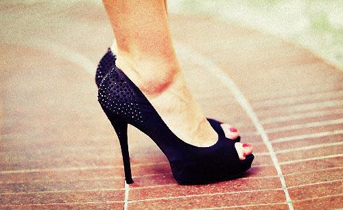 ヒールをはいた女性の足