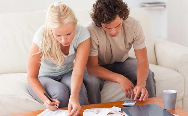 お金を計算するカップル