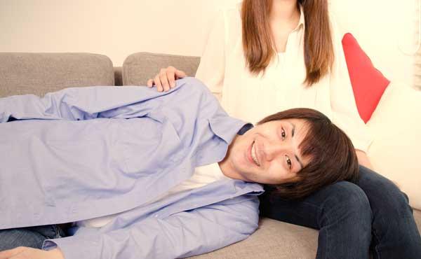 膝枕で甘える男性