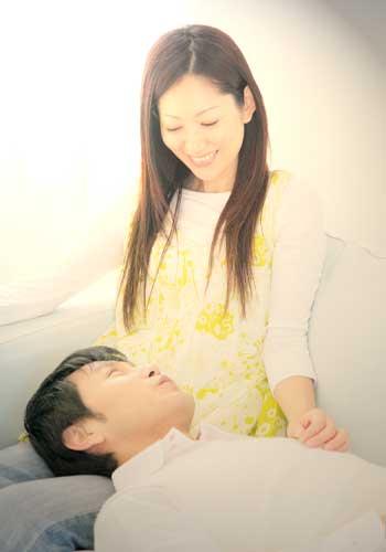 膝枕をして喜ぶカップル