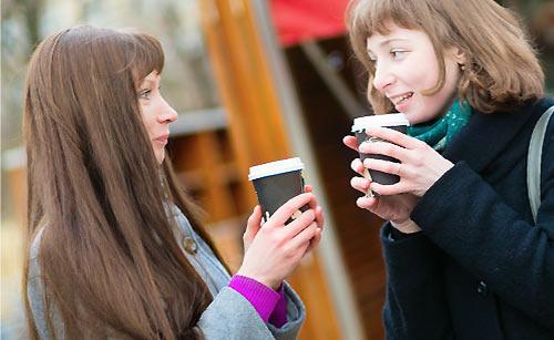 友達とコーヒーを飲む女性