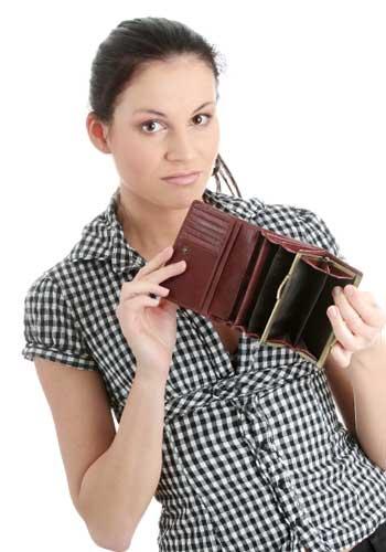 貯金が少なくて不安な女性