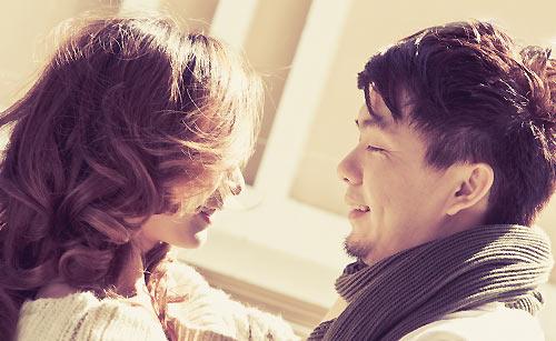 恋に揺れ動く男性と告白する女性