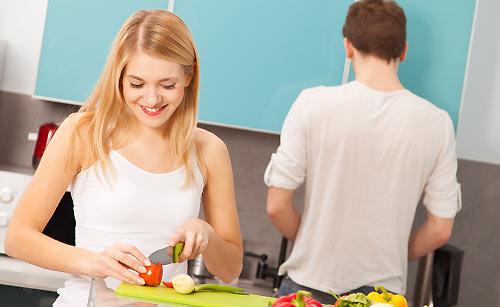御飯を作る夫婦