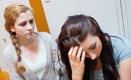 友人から相談を受ける女性