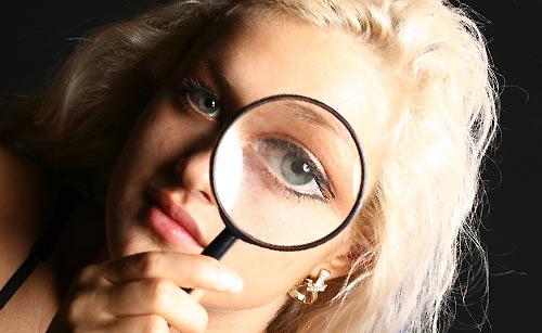 虫眼鏡でのぞく女性