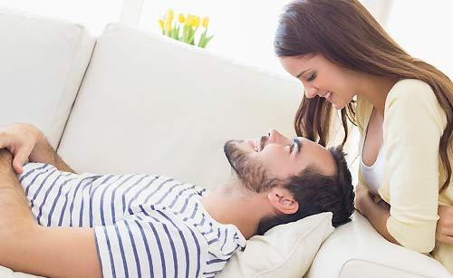 笑顔で付き合うカップル