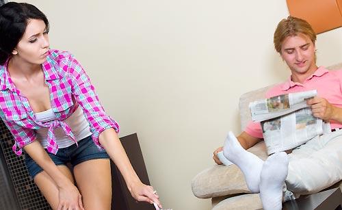 彼氏に掃除を仕向ける女性