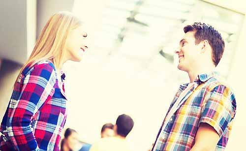 向き合って会話する男と女