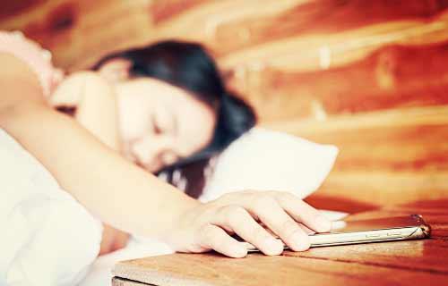 寝ている女性