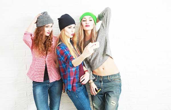 友達と写真を撮る女子