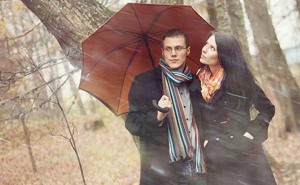 【急接近】相合傘になって自然に腕を組むための言い訳とは