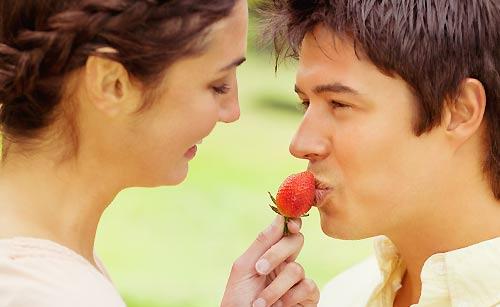 苺を恋人に食べさせる女性