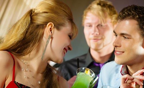 お酒を飲む男と女