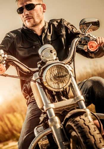 バイクに乗るカッコいい男性