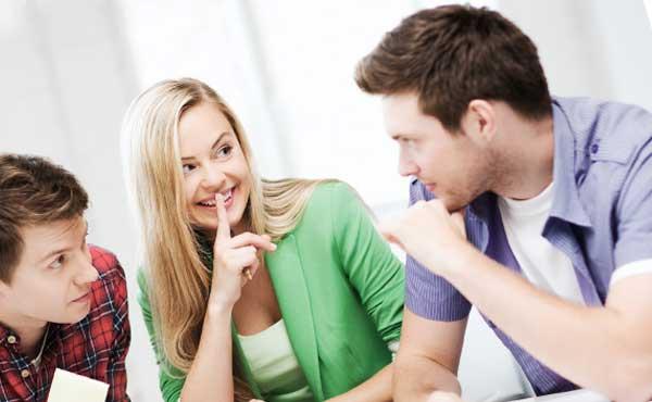 男性と恋バナをする女性