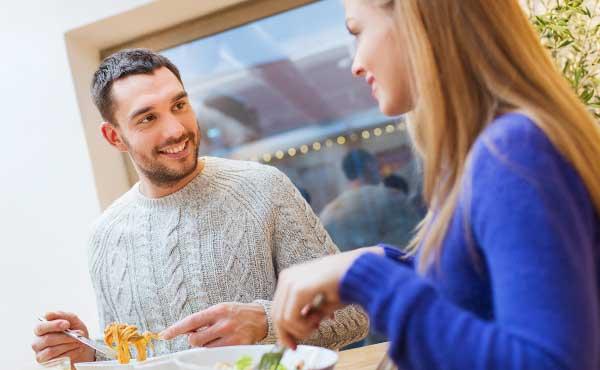 食事のマナーをチェックするカップル