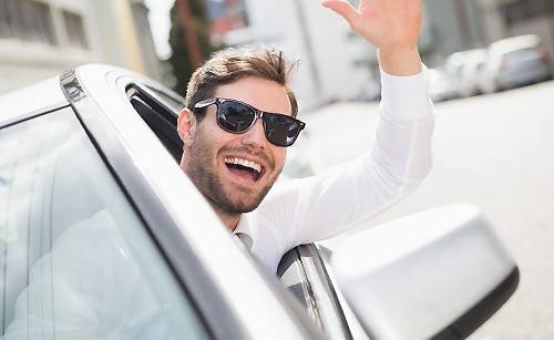高級車に乗る男性