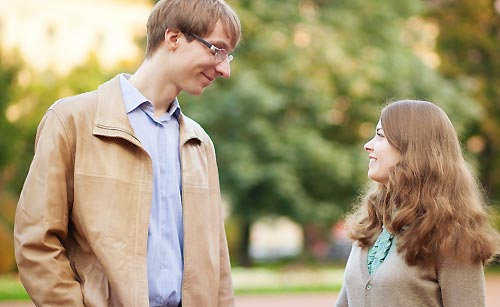 公園で出会う男と女