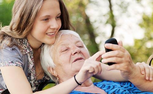 母親にスマホの使い方を教える女性