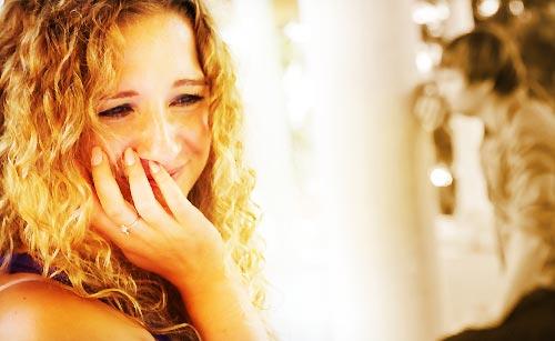 恋人のことを思い出し泣き崩れる女性