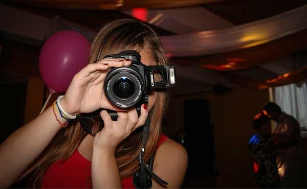 カメラで写真や動画を撮る女性