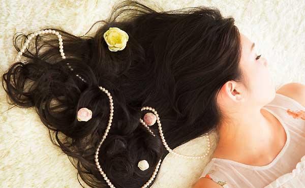 髪のうねり対策・梅雨の時期にも負けない髪になるケア術